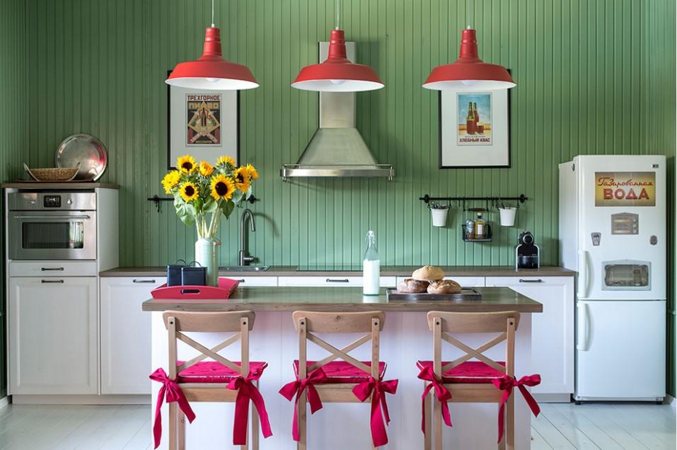 Кухня/столовая в  цветах:   Бежевый, Красный, Светло-серый, Темно-зеленый.  Кухня/столовая в  стиле:   Кантри.