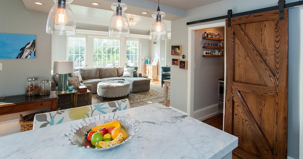 Как использовать сдвижные двери в интерьере: 20 идей для разных комнат