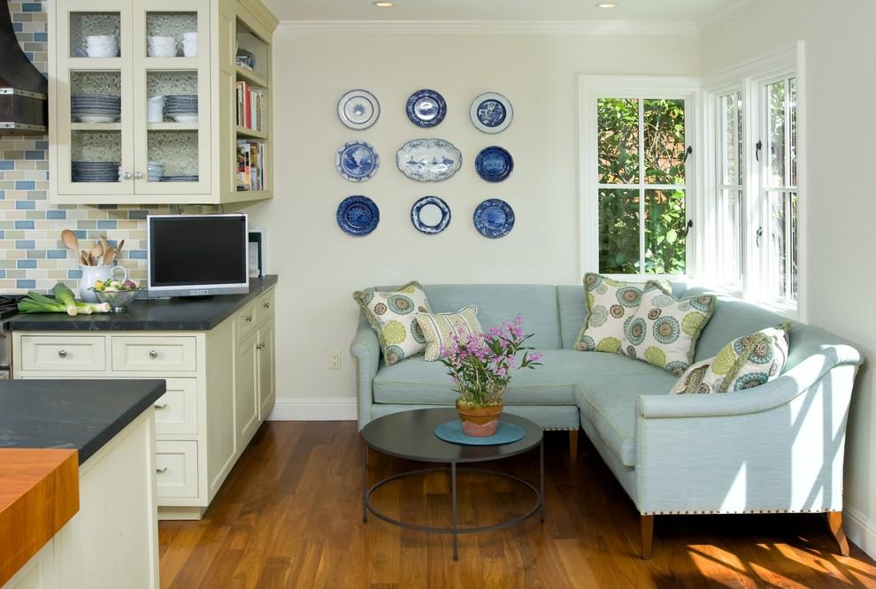 Кухня/столовая в  цветах:   Белый, Коричневый, Светло-серый, Серый.  Кухня/столовая в  стиле:   Классика.