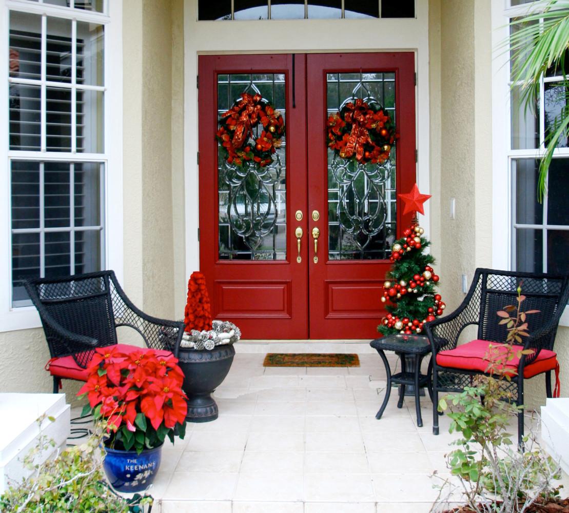 Как украсить двери к Новому году: 20 крутых идей
