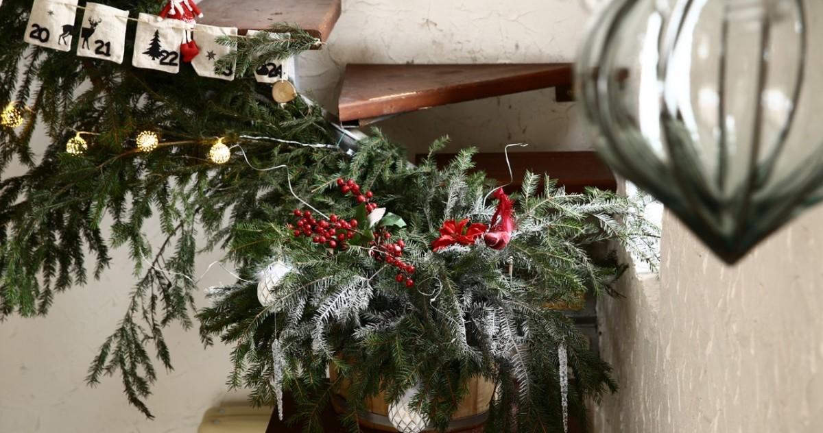 Как украсить загородный дом к Новому году: пример из Подмосковья