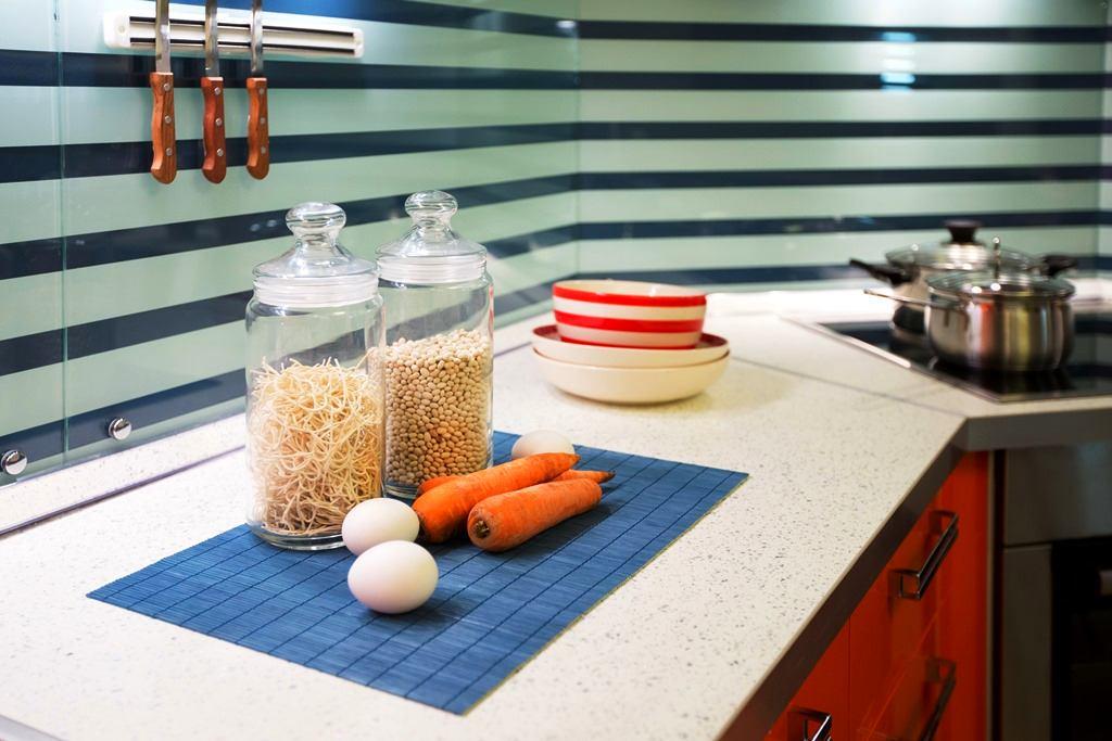 Кухня в цветах: бирюзовый, черный, серый, светло-серый, белый. Кухня в стиле средиземноморский стиль.
