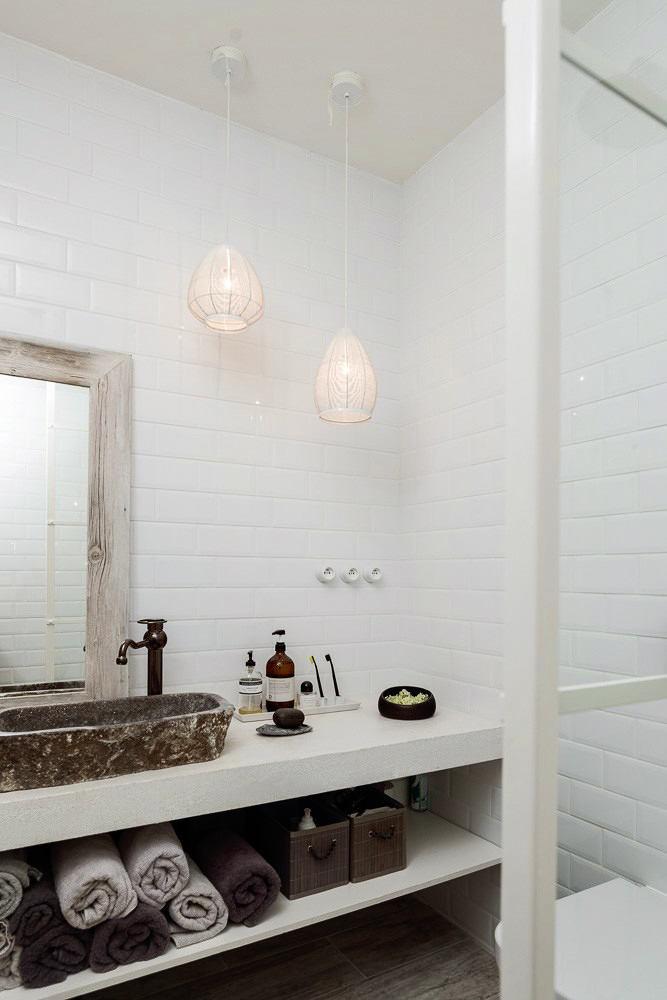 Ванная в цветах: черный, серый, светло-серый, бежевый. Ванная в стиле скандинавский стиль.