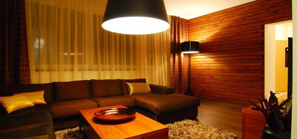 Маленькая квартира с белой кухней и паркетом на стене