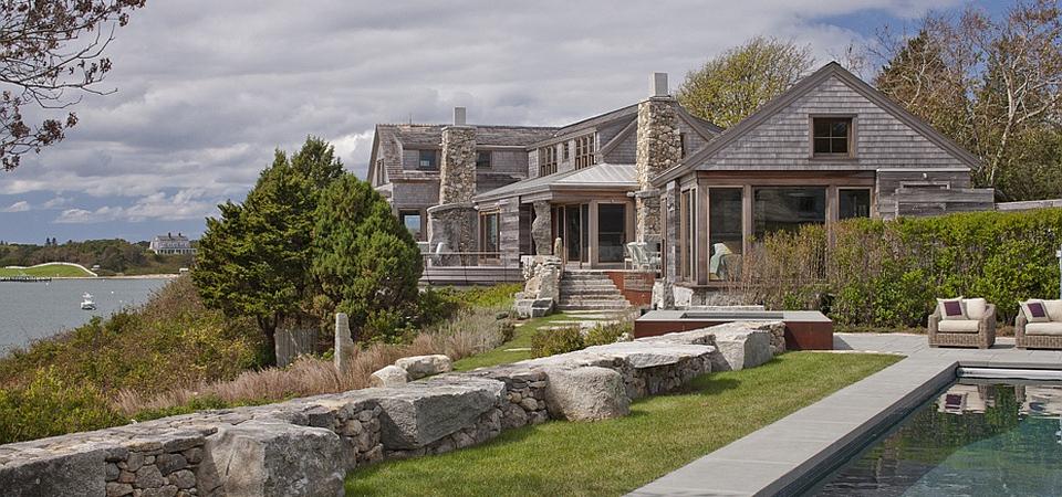 Дерево и камень – идеальное сочетание для загородного дома