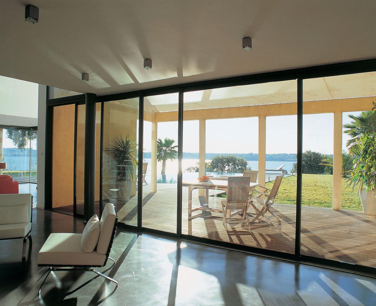 Балкон, веранда, патио в цветах: черный, серый, светло-серый, белый. Балкон, веранда, патио в стиле минимализм.