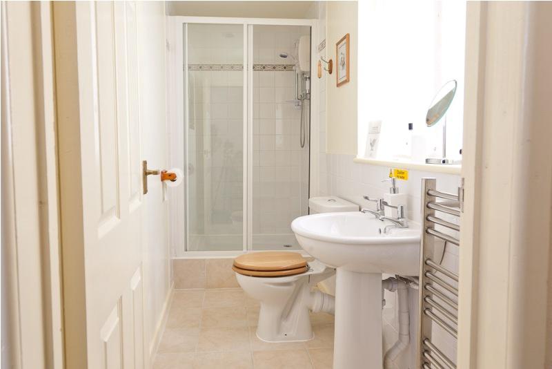 Туалет в цветах: желтый, серый, светло-серый, бежевый. Туалет в стиле хай-тек.