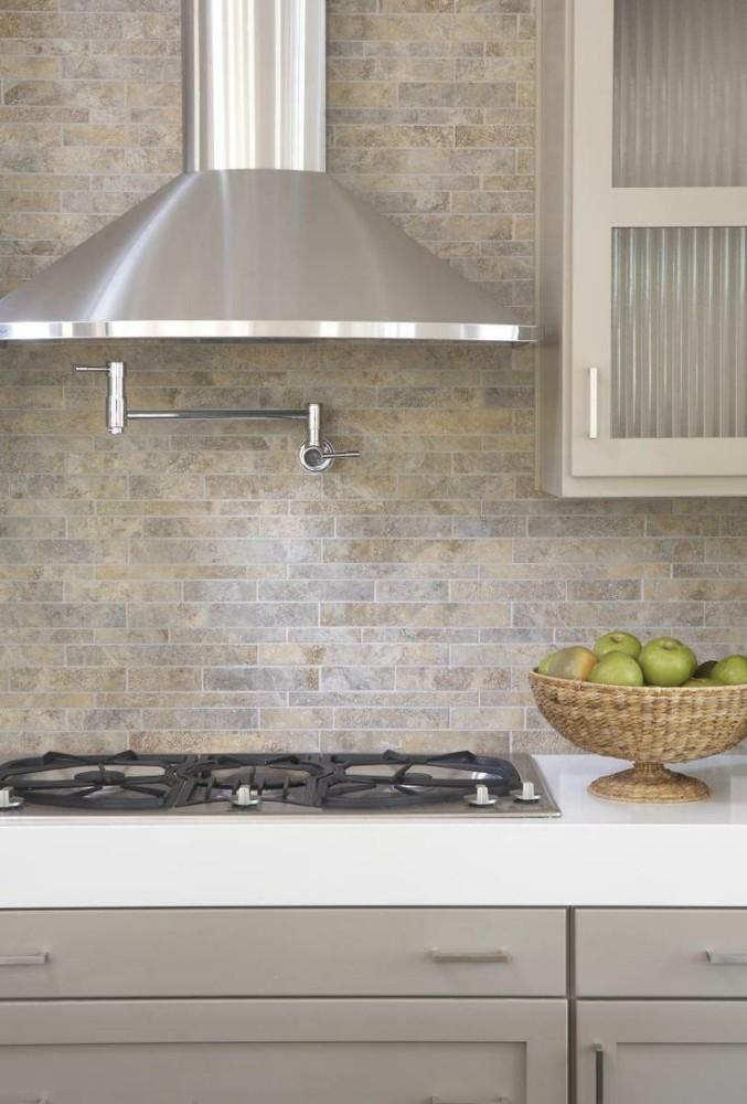 Кухня в цветах: серый, белый, бежевый. Кухня в стиле кантри.