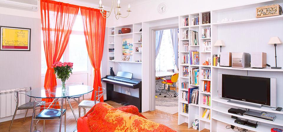 Как разместить кухню, столовую, гостиную и детскую на 47 метрах: яркая квартира в Москве