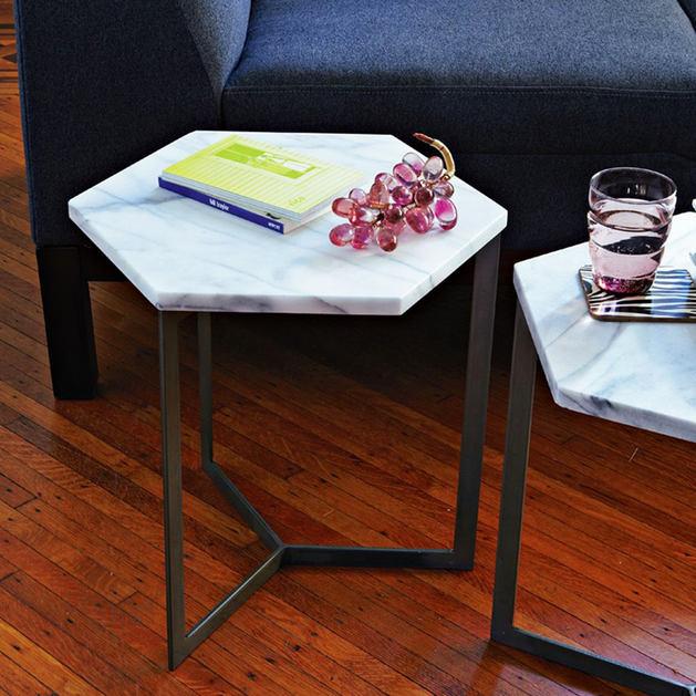 Мебель и предметы интерьера в цветах: черный, светло-серый, белый, бордовый, темно-коричневый. Мебель и предметы интерьера в стиле минимализм.