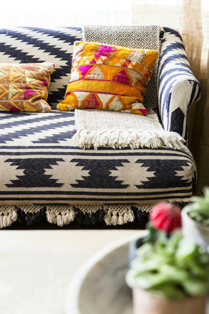 Мебель и предметы интерьера в цветах: черный, серый, светло-серый, белый. Мебель и предметы интерьера в стиле этника.