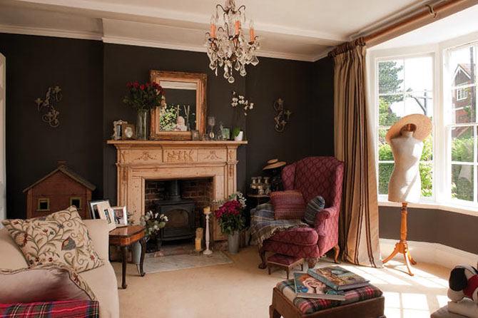 Гостиная, холл в цветах: черный, белый, темно-коричневый, коричневый, бежевый. Гостиная, холл в стиле французские стили.