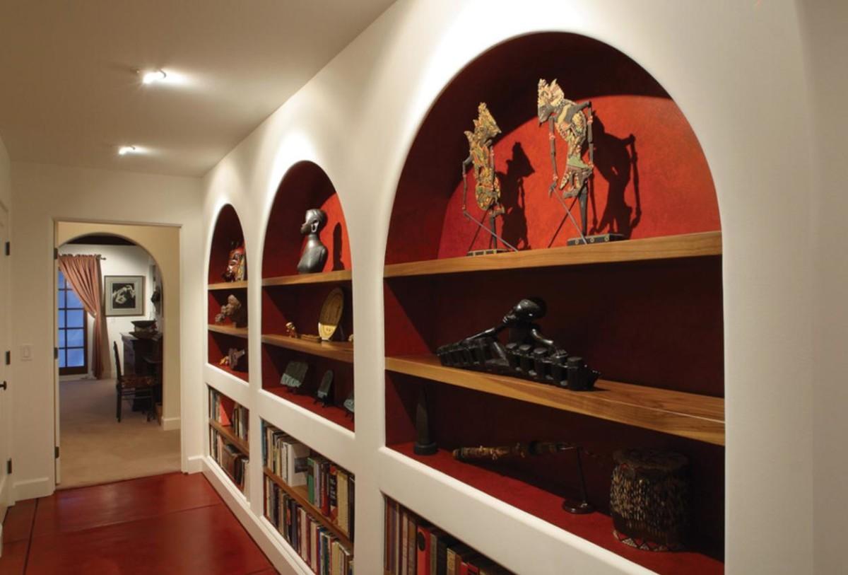 Декор в цветах: белый, бордовый, коричневый. Декор в стиле этника.