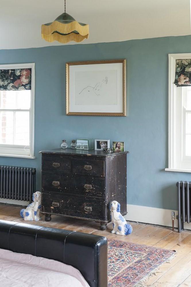 Спальня в цветах: бирюзовый, черный, серый, светло-серый, белый. Спальня в стиле английские стили.