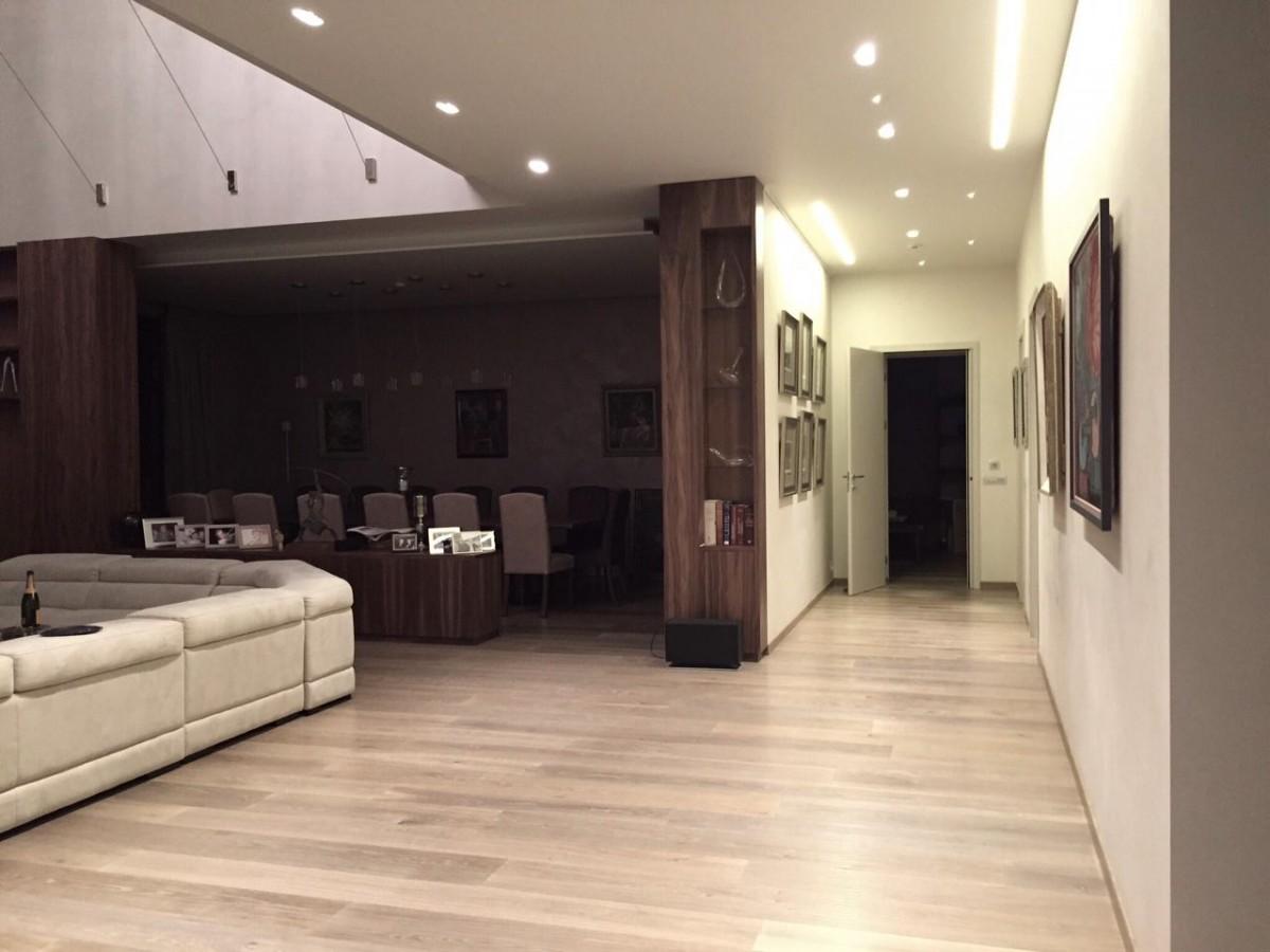 Гостиная, холл в цветах: желтый, черный, серый, светло-серый. Гостиная, холл в стиле модерн и ар-нуво.