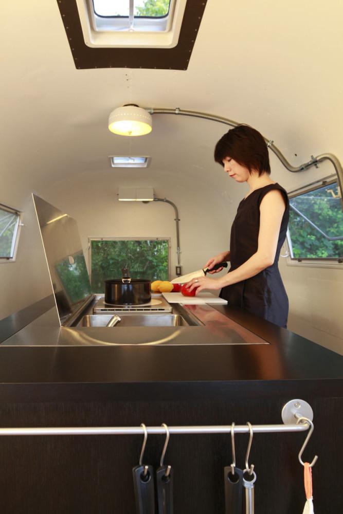 Кухня в цветах: серый, светло-серый, коричневый, бежевый. Кухня в стиле хай-тек.