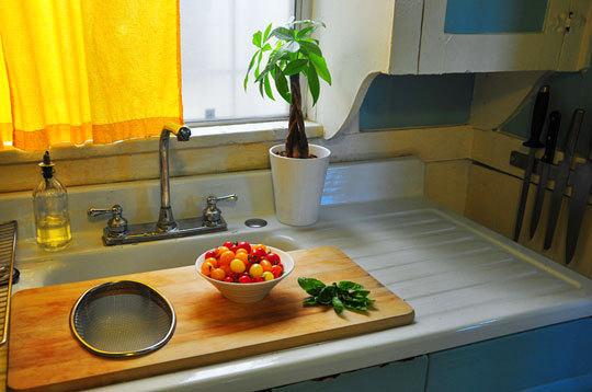 Кухня в цветах: серый, темно-зеленый, бежевый. Кухня в .
