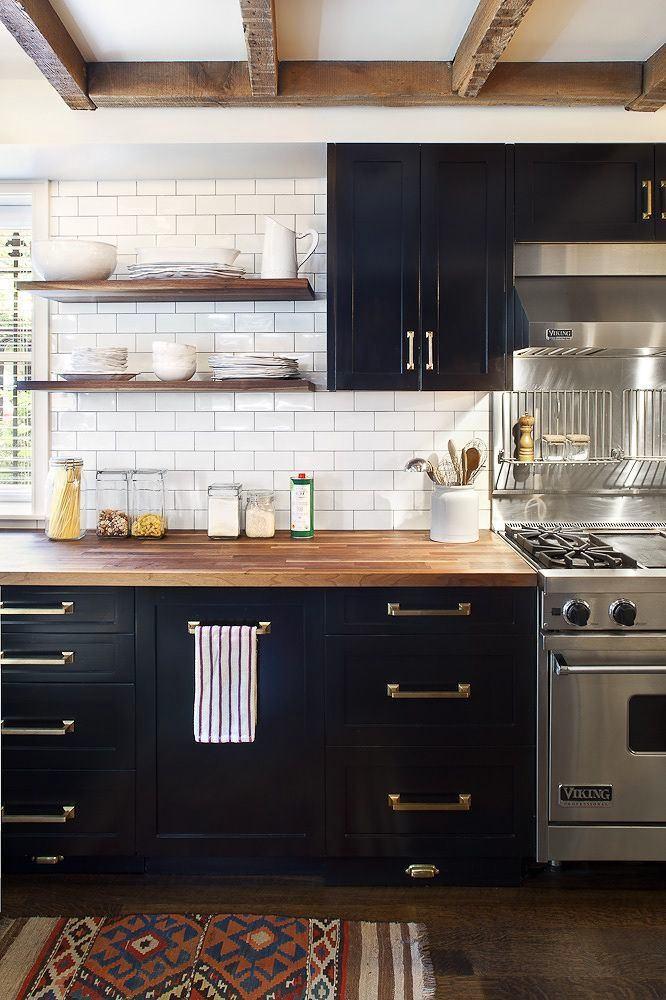 Кухня в цветах: черный, серый, светло-серый, бежевый. Кухня в стиле эклектика.