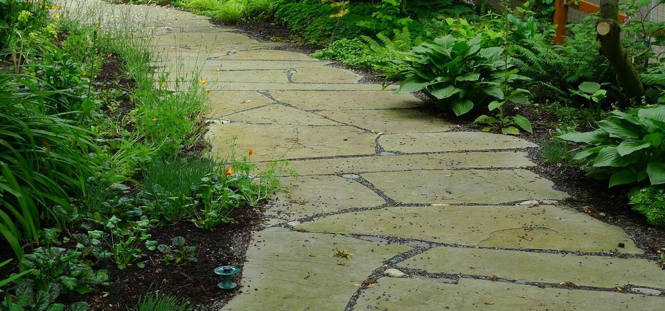 19 модных типов оформления садовых дорожек из натурального камня
