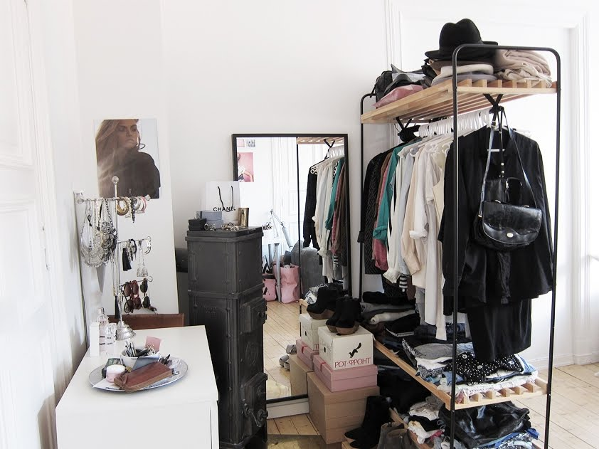 Мебель и предметы интерьера в цветах: черный, серый, светло-серый, коричневый. Мебель и предметы интерьера в стилях: минимализм, скандинавский стиль.