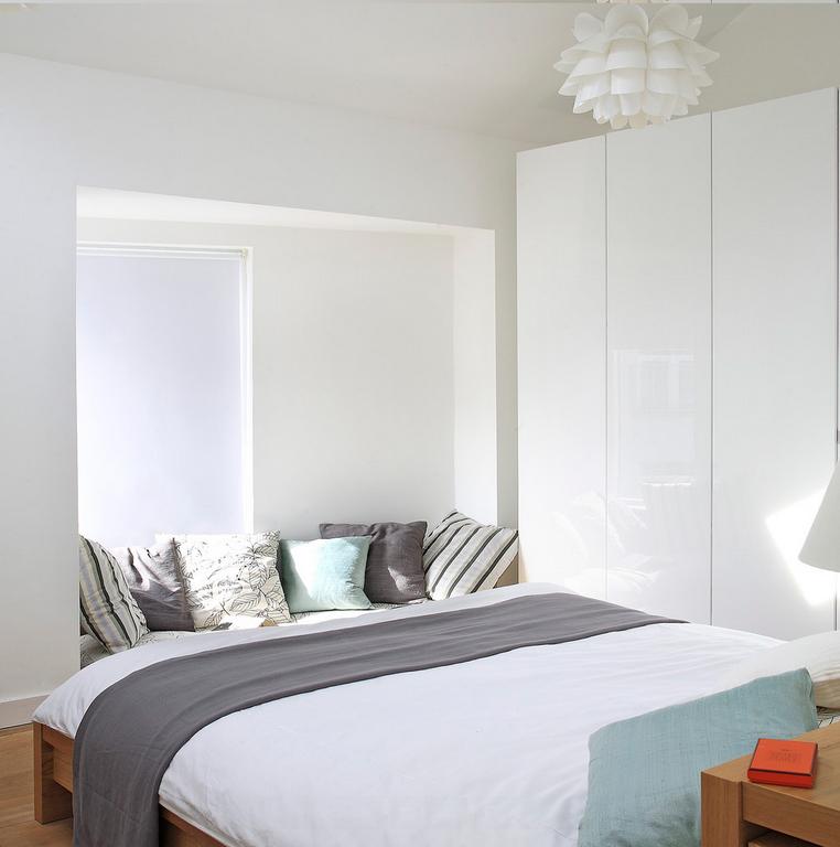 Спальня в цветах: бирюзовый, серый, белый, коричневый. Спальня в стиле минимализм.