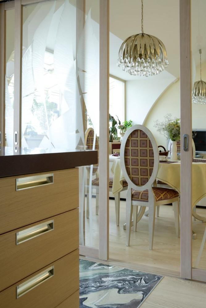 Кухня в цветах: серый, белый, темно-коричневый, бежевый. Кухня в стиле арт-деко.