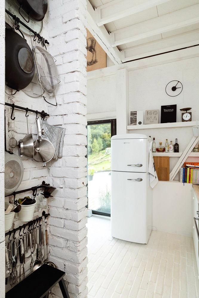 Кухня в цветах: черный, серый, светло-серый, коричневый. Кухня в стиле скандинавский стиль.