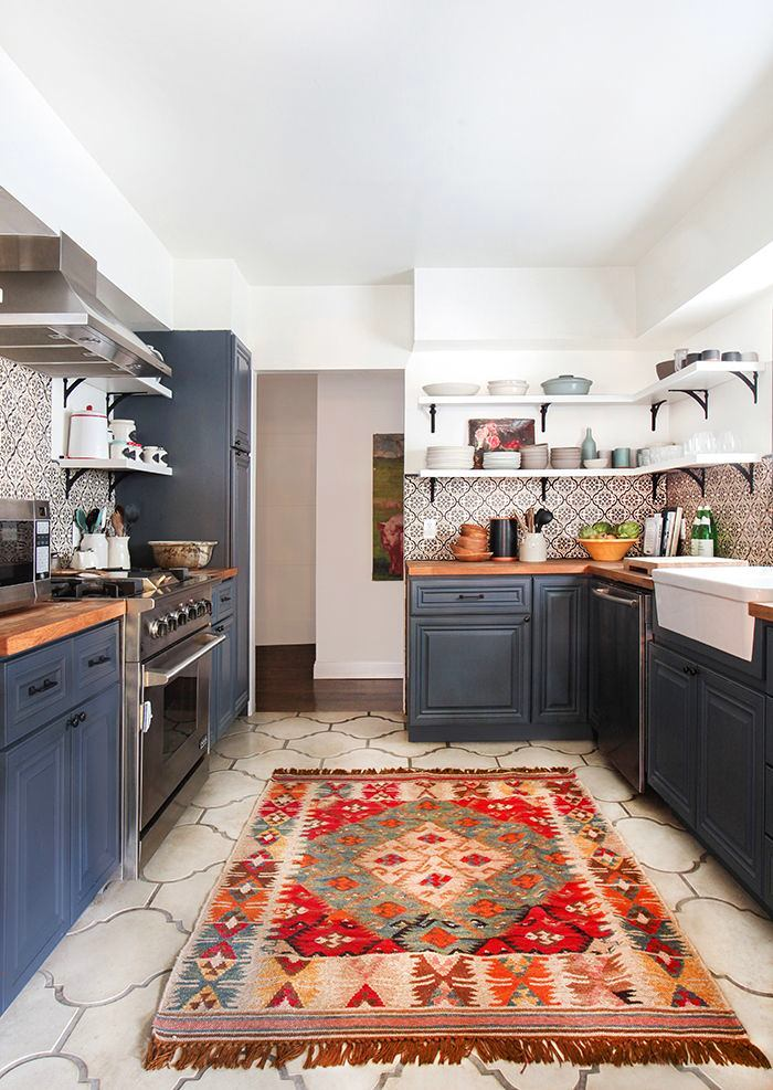 Кухня в цветах: черный, серый, белый, бежевый. Кухня в .