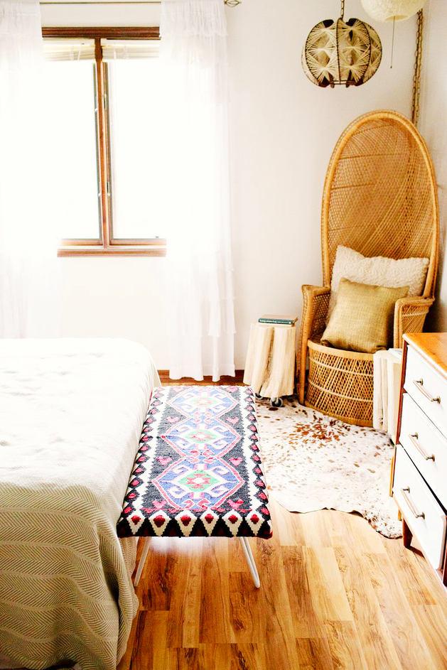Мебель и предметы интерьера в цветах: желтый, светло-серый, бордовый, коричневый, бежевый. Мебель и предметы интерьера в стиле этника.