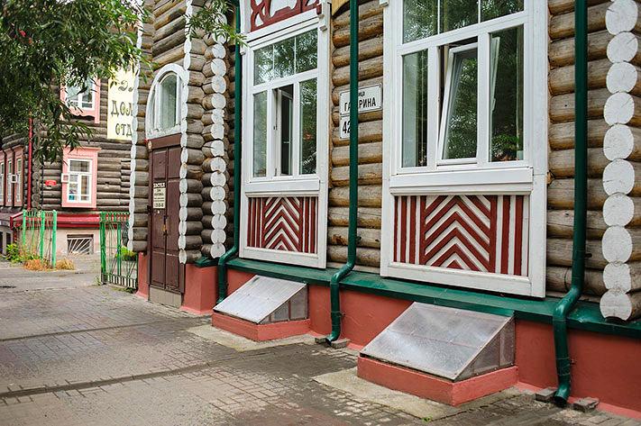 Архитектура в цветах: серый, светло-серый, белый, темно-зеленый, коричневый. Архитектура в стилях: классика.