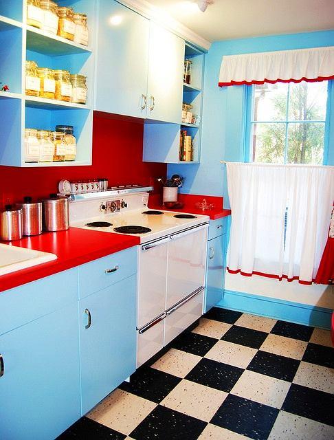 Кухня в цветах: голубой, бирюзовый, светло-серый, белый, бордовый. Кухня в .