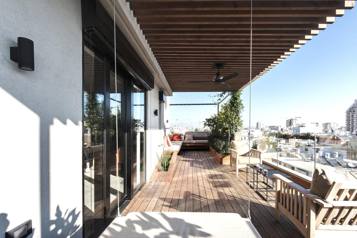 Балкон в  цветах:   Белый, Светло-серый, Серый, Темно-коричневый, Черный.  Балкон в  стиле:   Минимализм.