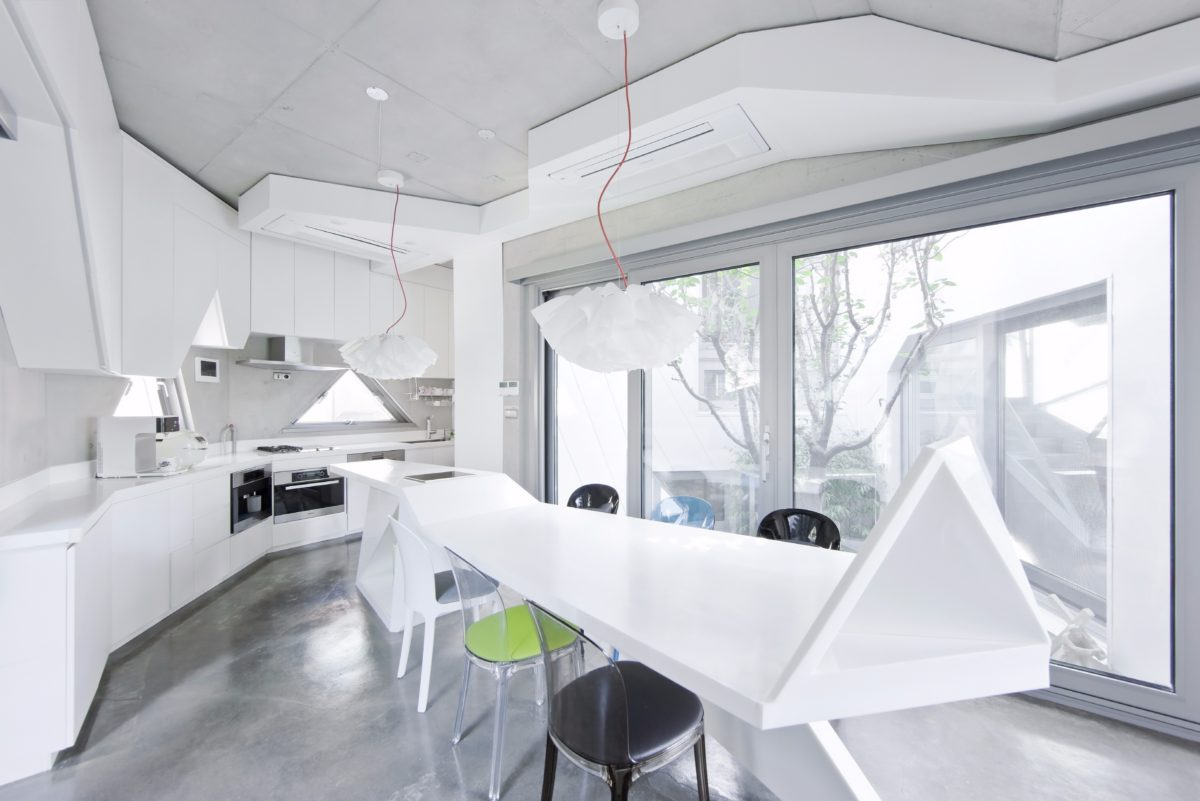 Кухня/столовая в  цветах:   Белый, Светло-серый, Серый.  Кухня/столовая в  стиле:   Хай-тек.