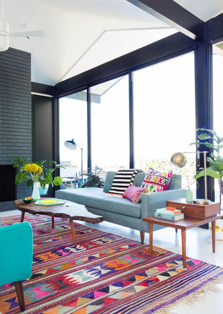 Гостиная в  цветах:   Белый, Светло-серый, Серый, Фиолетовый, Черный.  Гостиная в  стиле:   Минимализм.