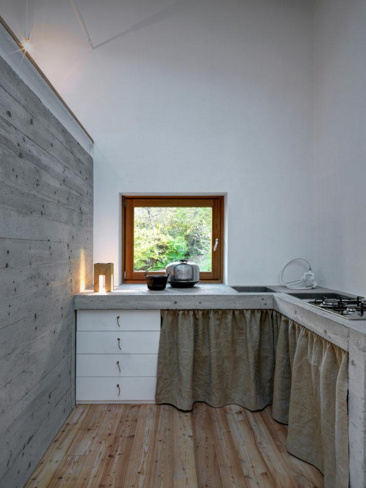 Кухня/столовая в  цветах:   Светло-серый, Серый, Темно-коричневый.  Кухня/столовая в  стиле:   Минимализм.