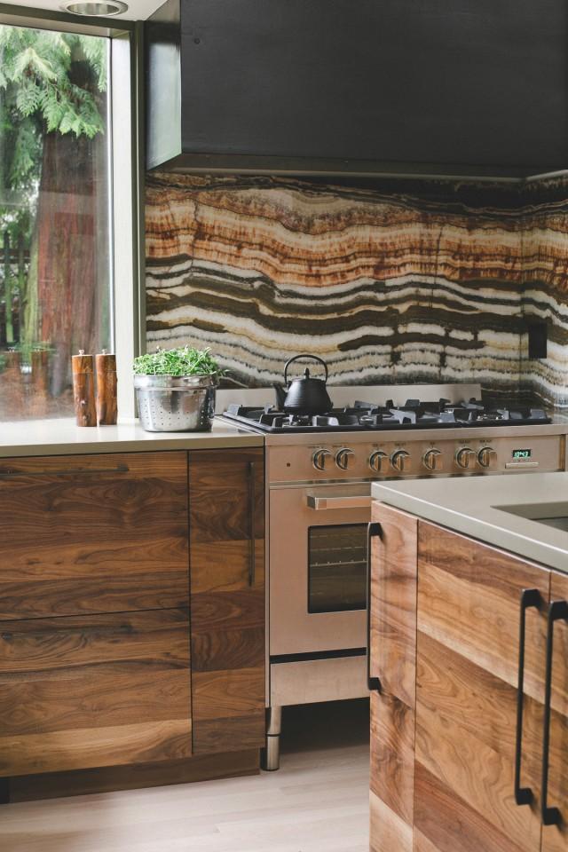 Кухня/столовая в  цветах:   Бежевый, Коричневый, Светло-серый, Темно-коричневый, Черный.  Кухня/столовая в  стиле:   Кантри.