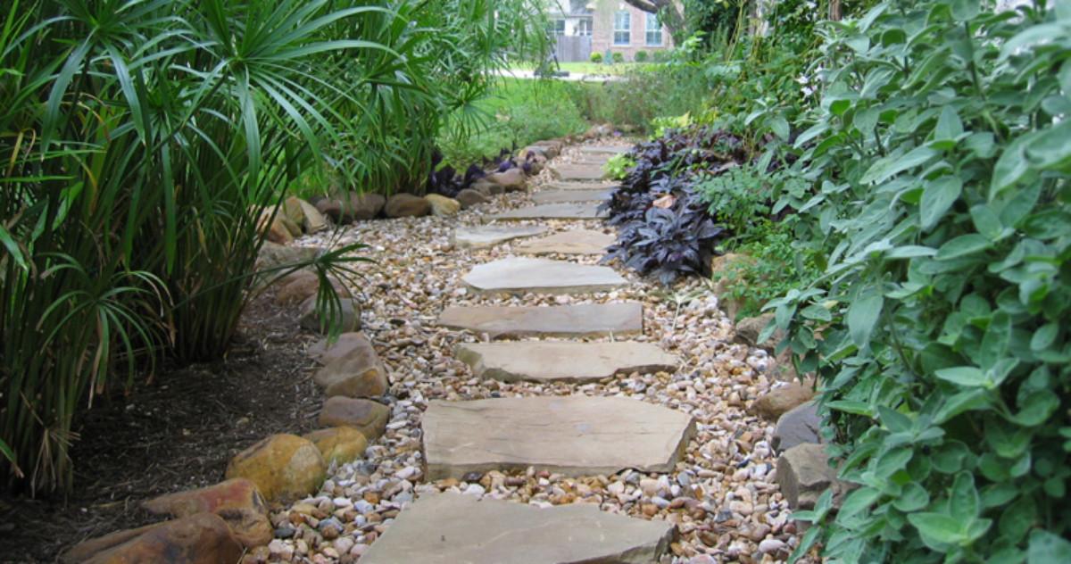 Садовые дорожки из камня: 30 примеров на любой вкус