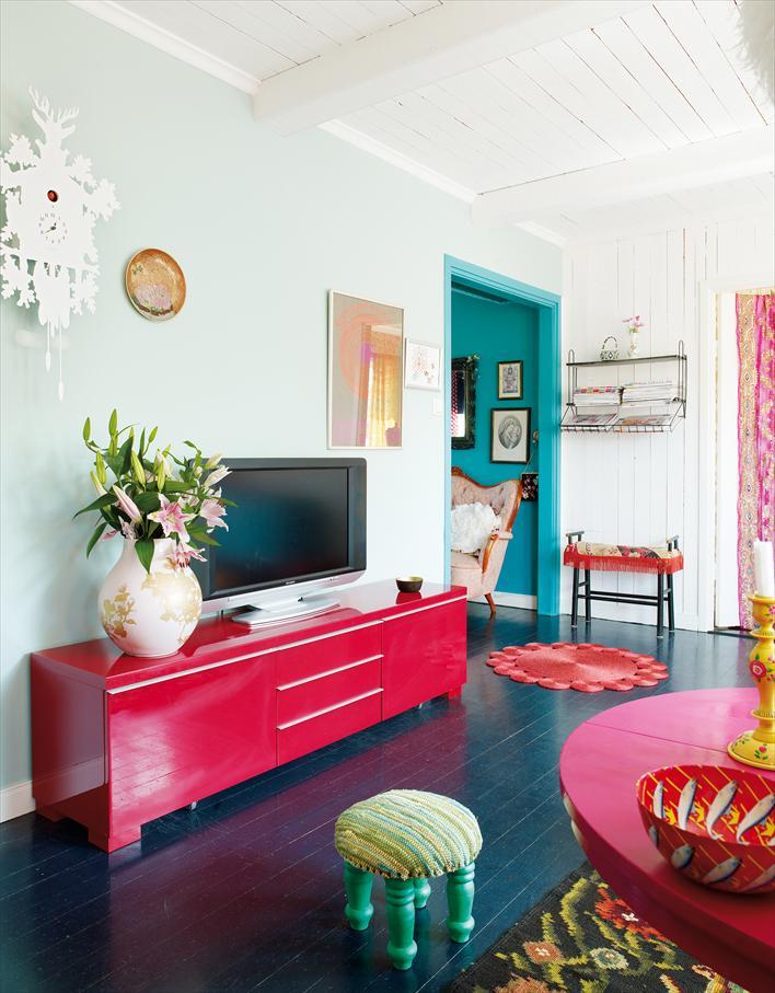 Гостиная в  цветах:   Белый, Красный, Светло-серый, Синий, Черный.  Гостиная в  стиле:   Эклектика.