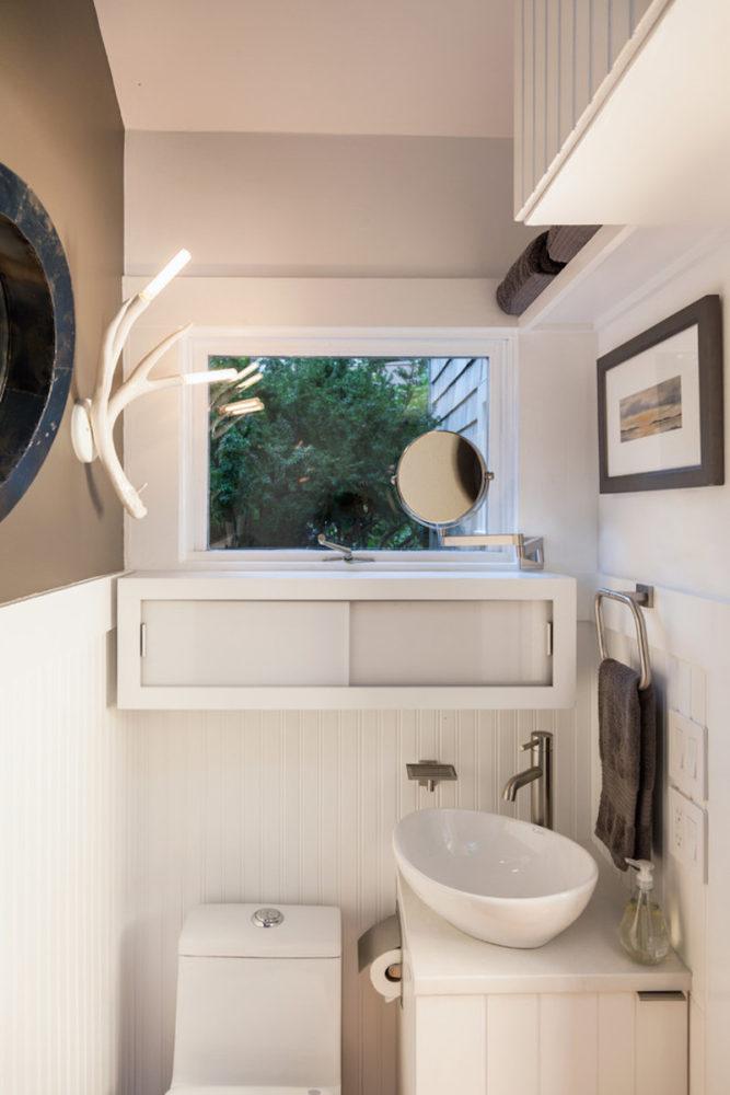 Туалет в  цветах:   Бежевый, Белый, Светло-серый.  Туалет в  стиле:   Минимализм.
