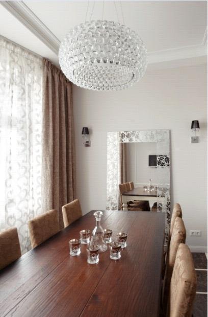 Кухня/столовая в  цветах:   Белый, Коричневый, Светло-серый, Серый, Темно-коричневый.  Кухня/столовая в  стиле:   Неоклассика.