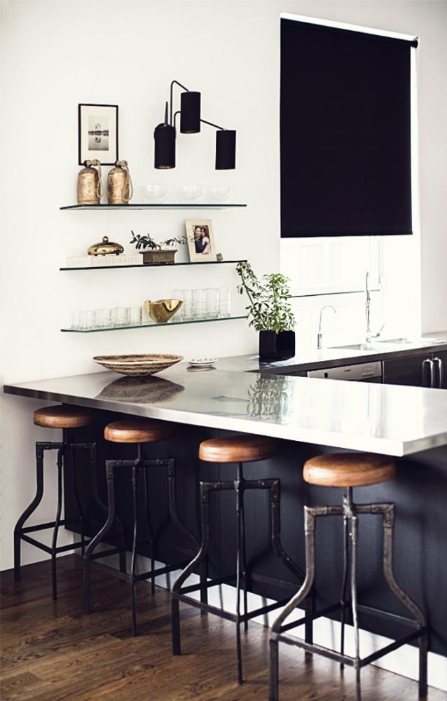 Кухня/столовая в  цветах:   Белый, Светло-серый, Серый, Темно-коричневый, Черный.  Кухня/столовая в  стиле:   Скандинавский.