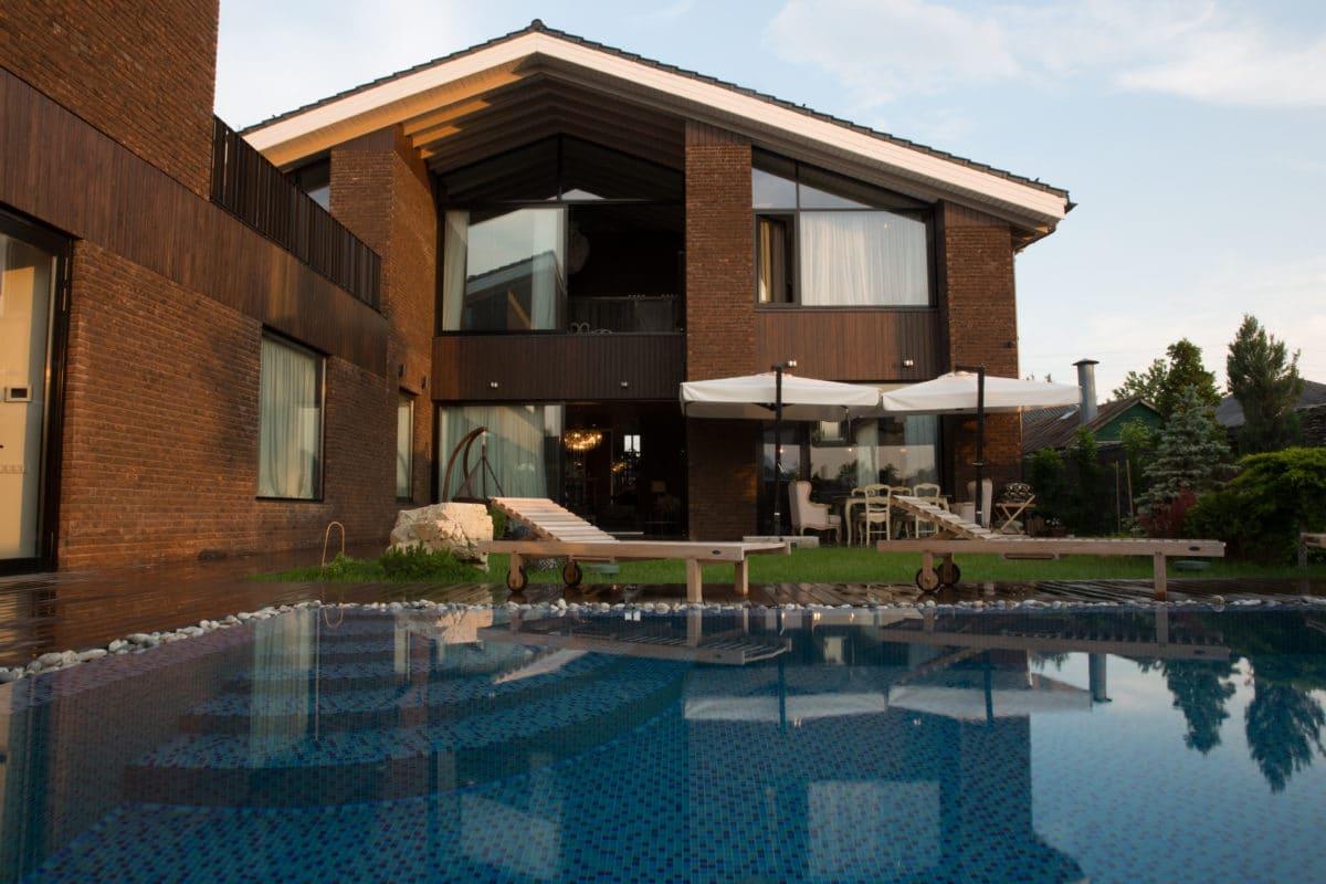 Архитектура в  цветах:   Коричневый, Светло-серый, Синий, Темно-коричневый, Черный.  Архитектура в  .