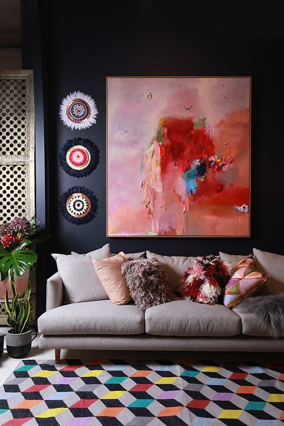 Гостиная в  цветах:   Бордовый, Светло-серый, Серый, Темно-коричневый, Черный.  Гостиная в  стиле:   Минимализм.