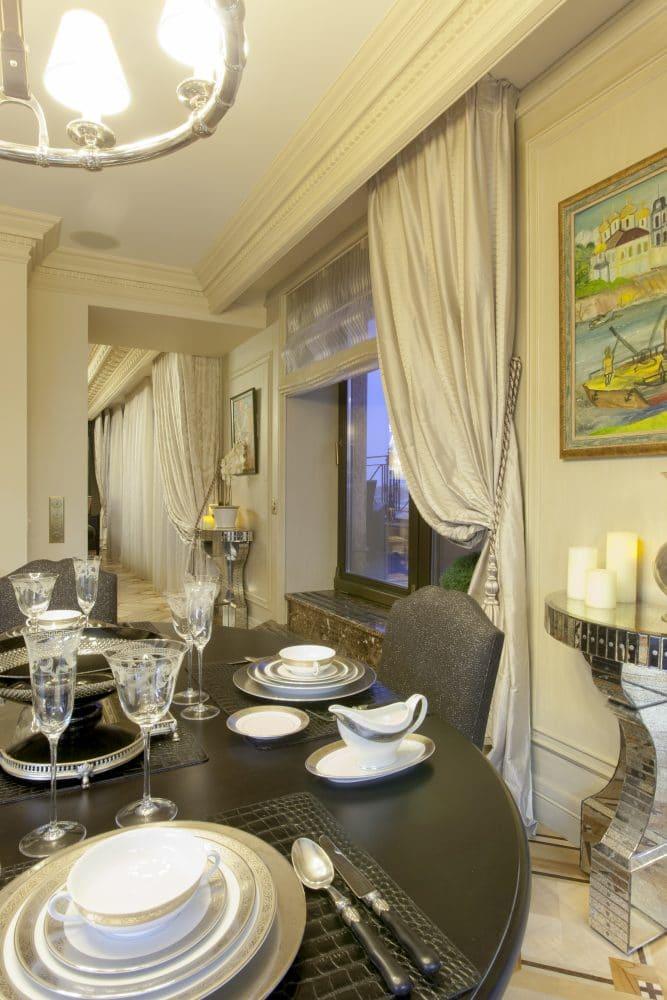 Кухня/столовая в  цветах:   Бежевый, Коричневый, Светло-серый, Серый, Темно-коричневый.  Кухня/столовая в  стиле:   Классика.