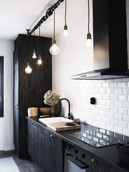 Кухня/столовая в  цветах:   Белый, Светло-серый, Серый, Черный.  Кухня/столовая в  стиле:   Скандинавский.