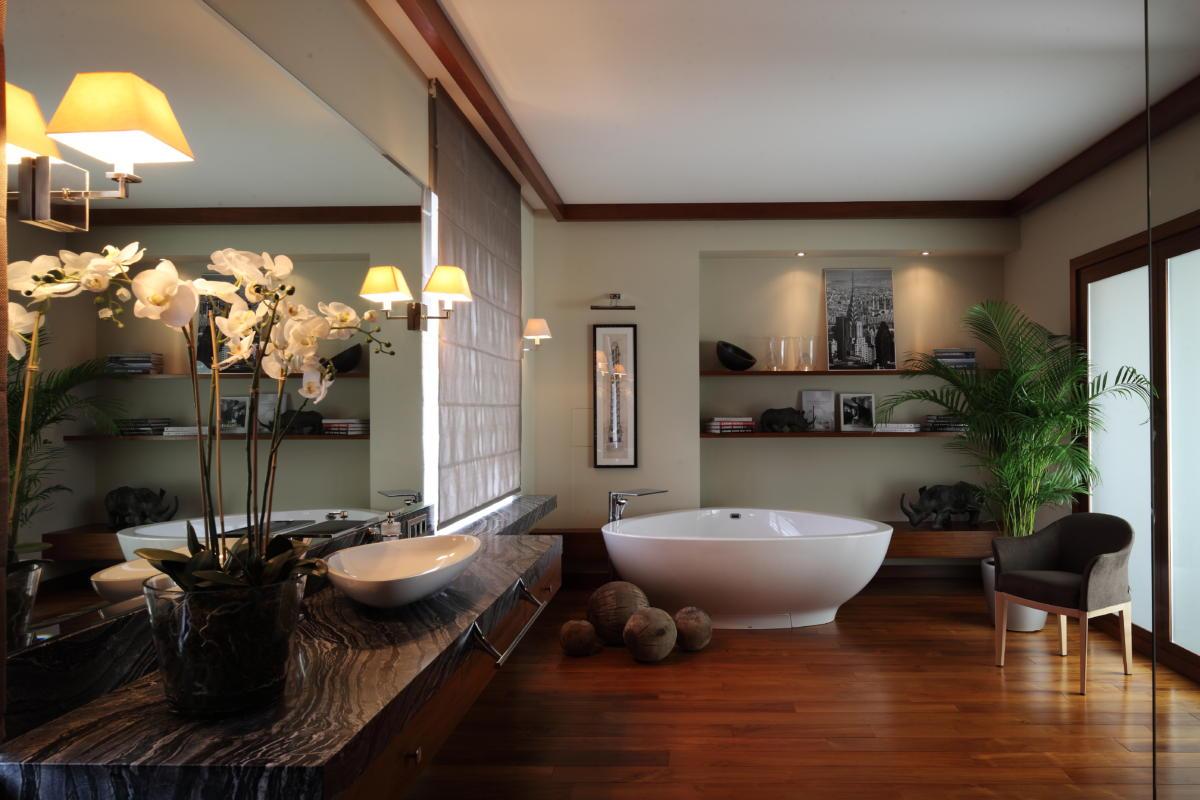 Ванная в  цветах:   Бежевый, Розовый, Светло-серый, Темно-коричневый.  Ванная в  стиле:   Неоклассика.