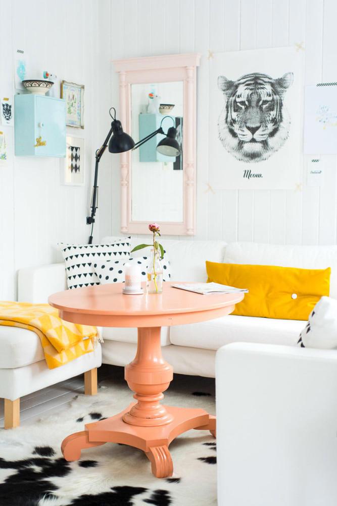 Гостиная в  цветах:   Голубой, Желтый, Оранжевый, Светло-серый, Фиолетовый.  Гостиная в  стиле:   Скандинавский.