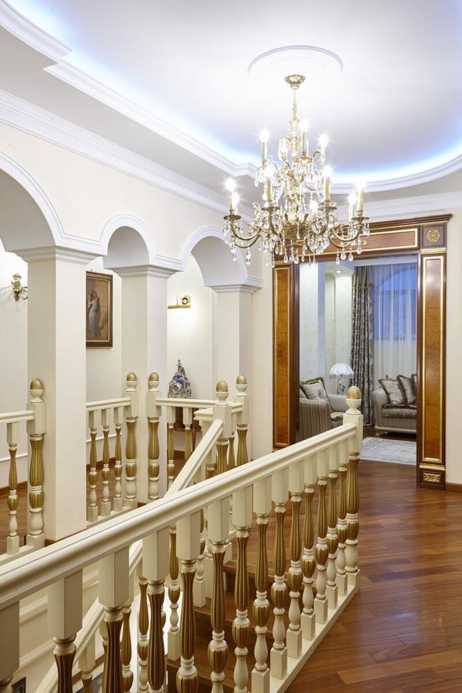 Холл первого этажа решён в классическом стиле с использованием колонн, на полу мрамор, на стенах лепнина.