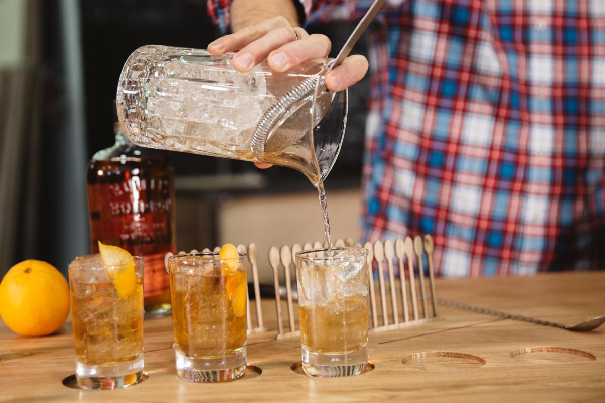 Российские дизайнеры придумали механизм, который сам смешивает коктейли