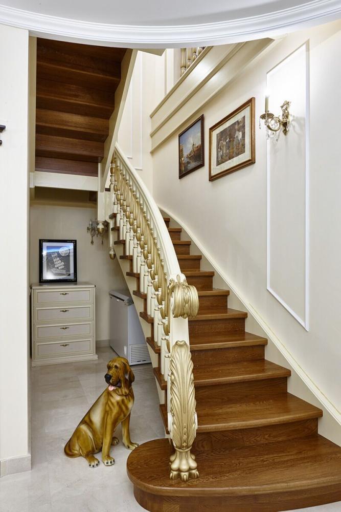 Парадная лестница ведёт нас на второй этаж, где находится хозяйская спальня, кабинет, гостевая комната.
